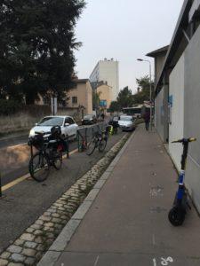 Vélos devant l'école Ferdinand Buisson (Lyon 5)