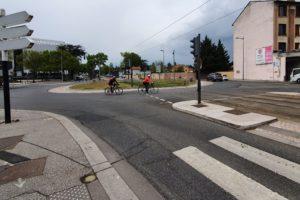 Courrier : Les cyclistes et le carrefour de la Boutasse à Bron